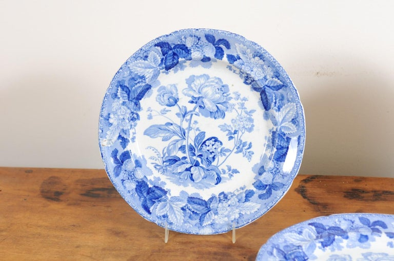 Five English 19th Century Blue and White Porcelain Plates with Floral Pattern For Sale 2