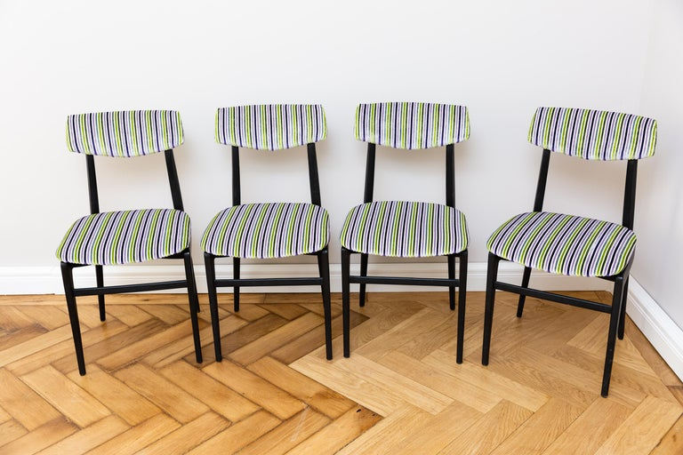 A set of four elegant dining room chairs, Italy circa 1960, black lacquered wood, newly upholstered and newly upholstered with Designer Guild ribbed velvet fabric.