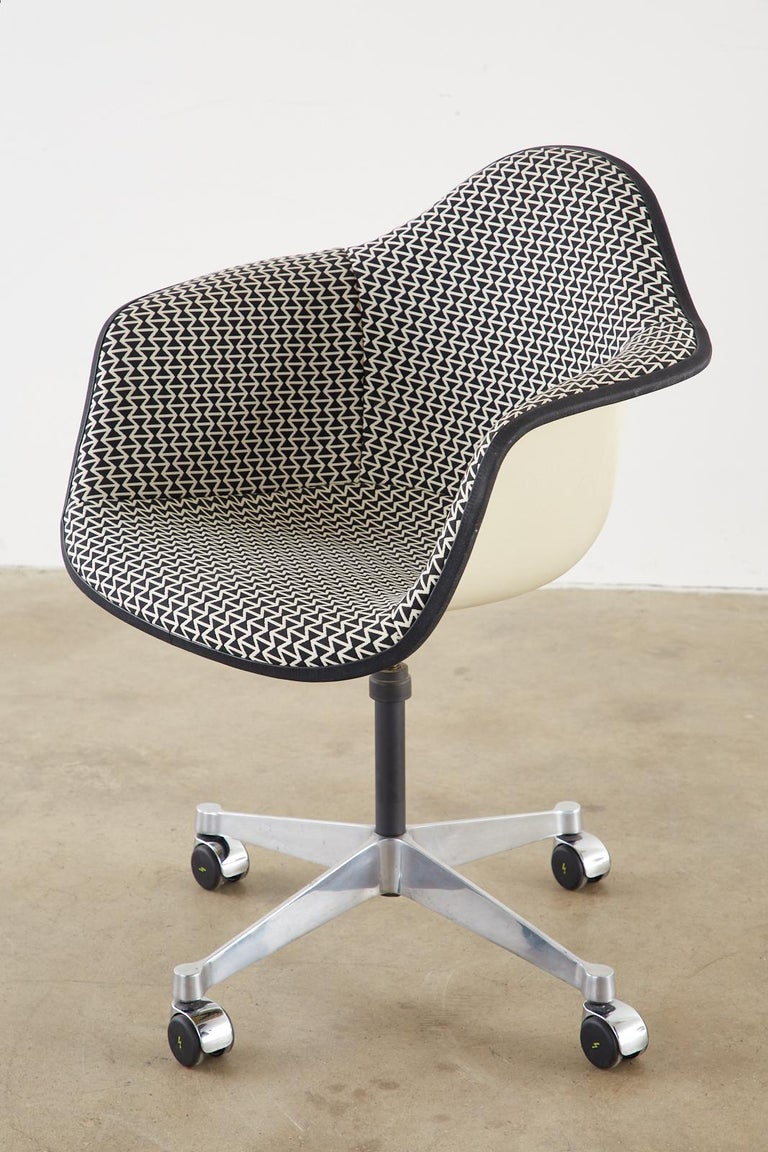 Set of Four Eames for Herman Miller Swivel Shell Chairs  For Sale 3