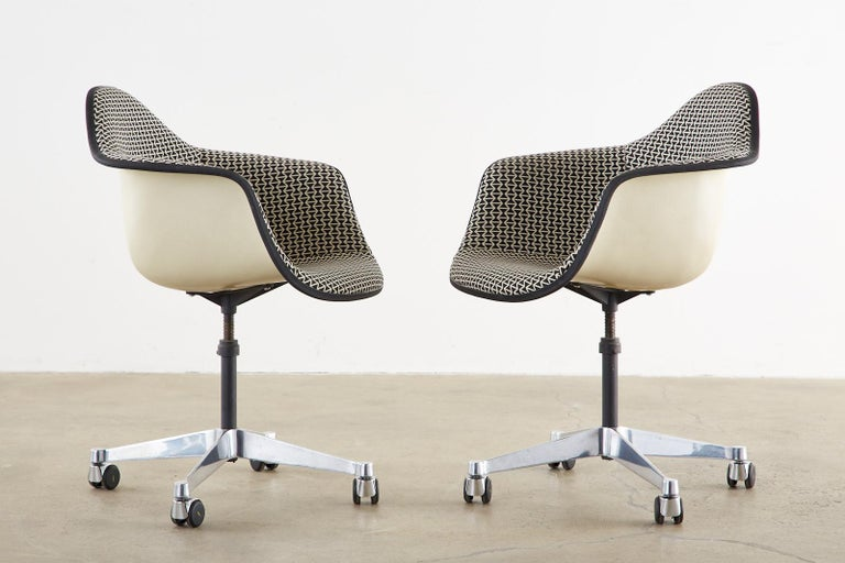 Set of Four Eames for Herman Miller Swivel Shell Chairs  In Good Condition For Sale In Oakland, CA