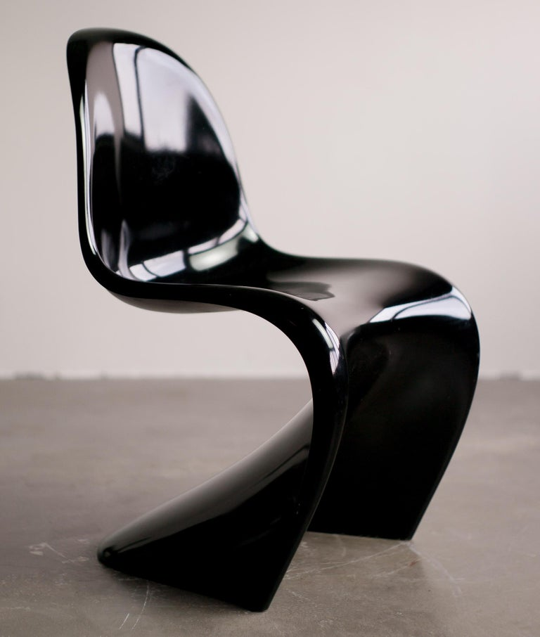 Designed in 1958-1967 by Verner Panton. This slender, rare third series of the famous Panton chair was produced by ZE MöBel, the distribution company of the WK Association which distributed this chair from 1983-1990.