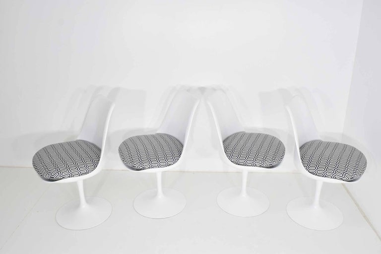 Mid-Century Modern Set of Four Eero Saarinen Tulip Chairs by Knoll For Sale