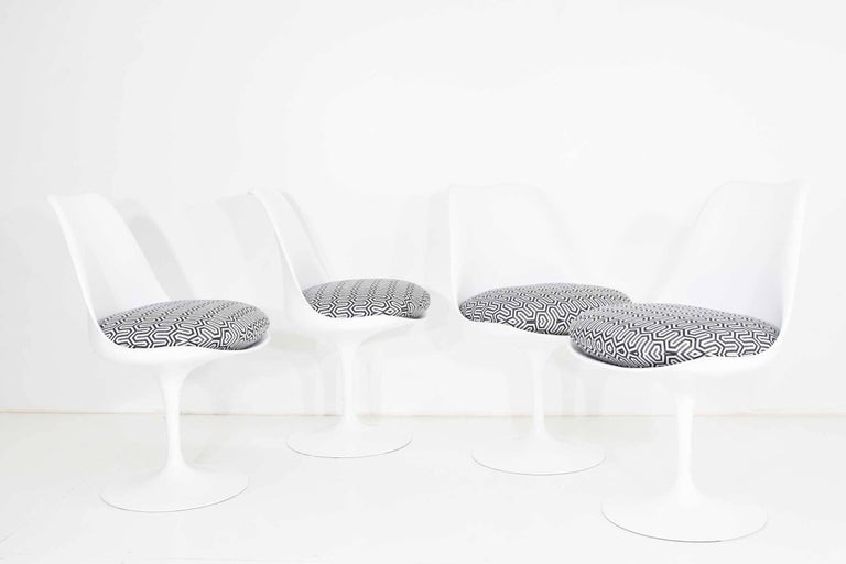 Set of Four Eero Saarinen Tulip Chairs by Knoll In Excellent Condition For Sale In Dallas, TX