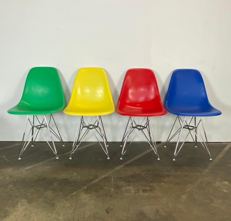 Mid-Century Modern Set of Four Herman Miller Eames Dining Chairs For Sale