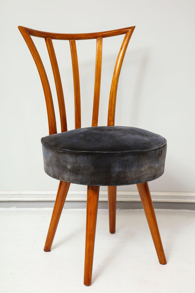Set of Four Mid-Century Modern Chairs in the Manner of Robsjohn-Gibbings In Excellent Condition For Sale In New York, NY