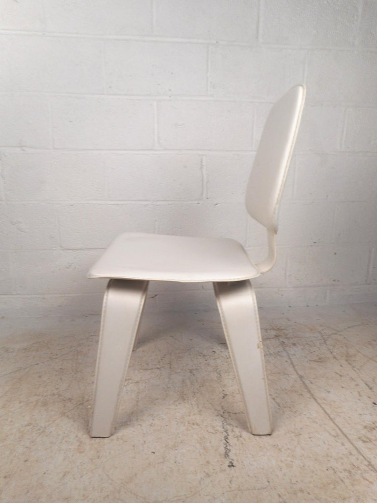 Set of Four Mid-Century Modern White Leather Dining Chairs In Good Condition For Sale In Brooklyn, NY