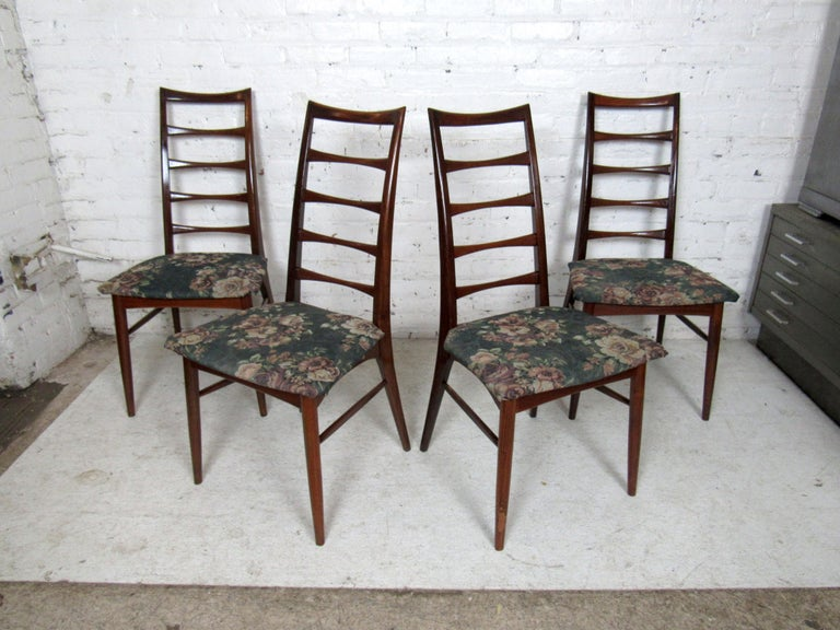 Mid-Century Modern Set of Four Modern Dining Chairs For Sale