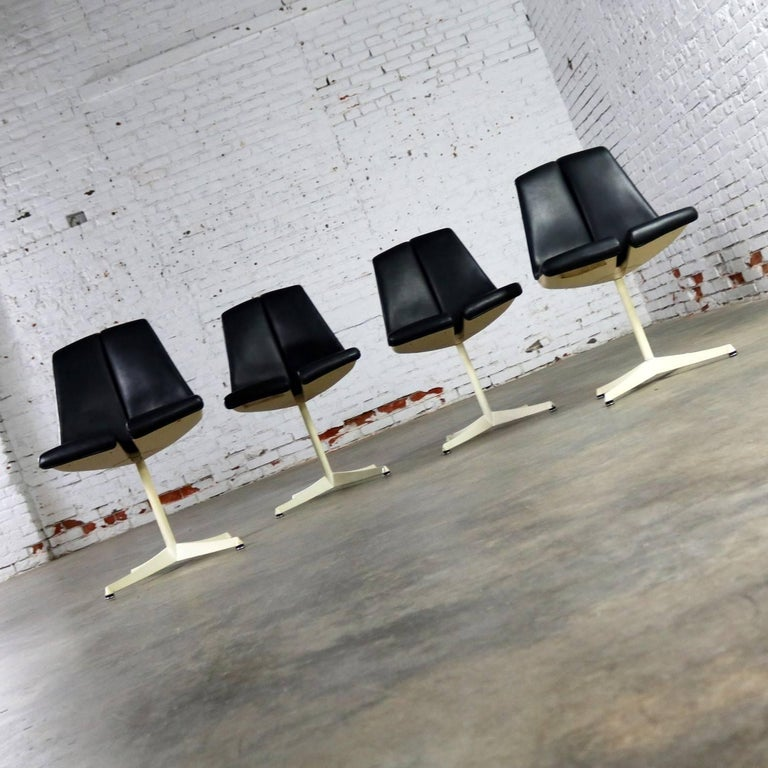 American Set of Four Richard Schultz Stacking Dining Chairs for Knoll For Sale