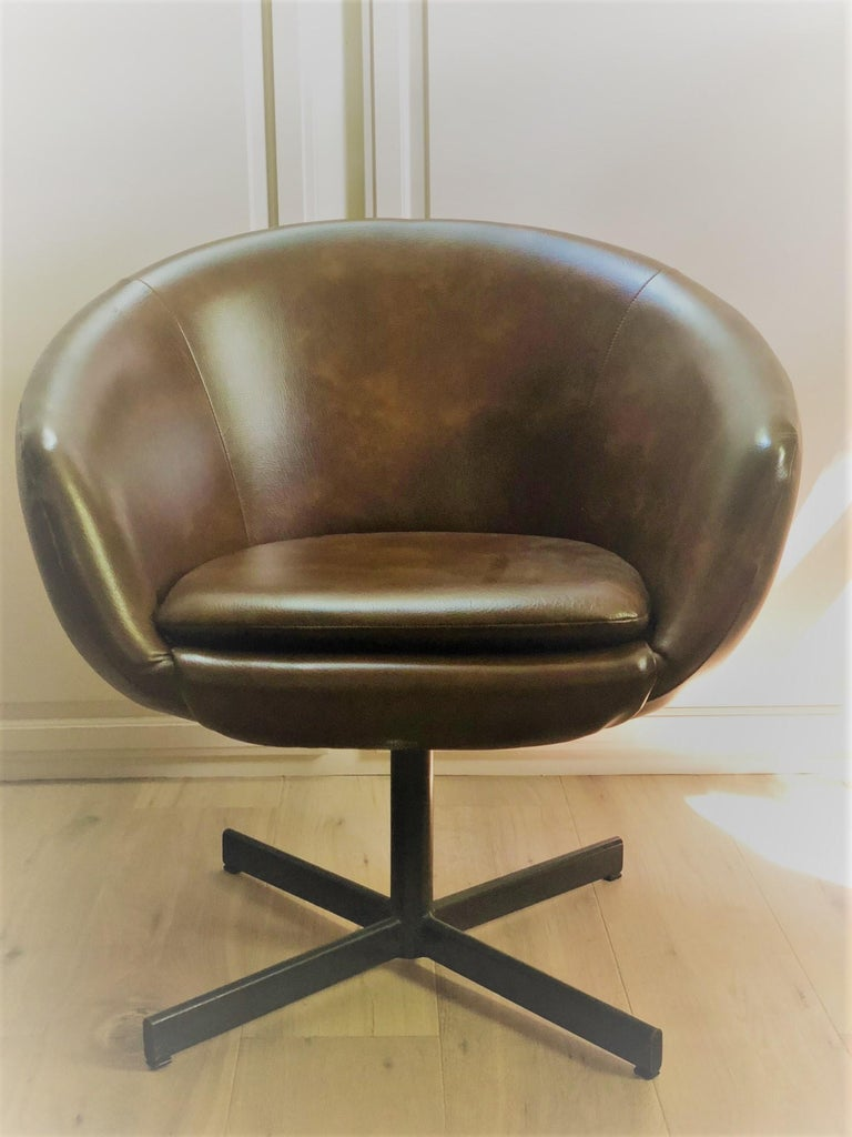 Set of Four Swivel Tub Chairs by Shelby Williams In Good Condition For Sale In Long Island City, NY