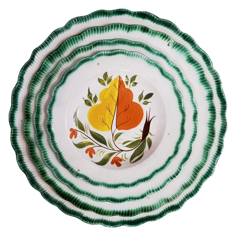 Set of Green Shell-Edged Nested Oak Leaf Design Small Dishes For Sale