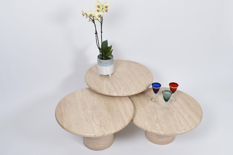 Set of Mid-Century Modern Cream Travertine Round Pedestal Coffee Tables, 1970 In Good Condition For Sale In Le Grand-Saconnex, CH