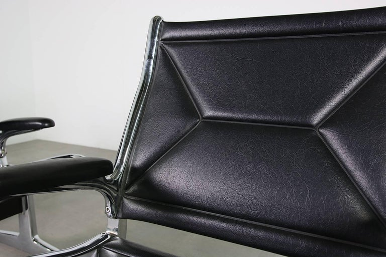 Set of Six 1960s Charles Eames Airport Chairs for Herman Miller Black and Chrome For Sale 5