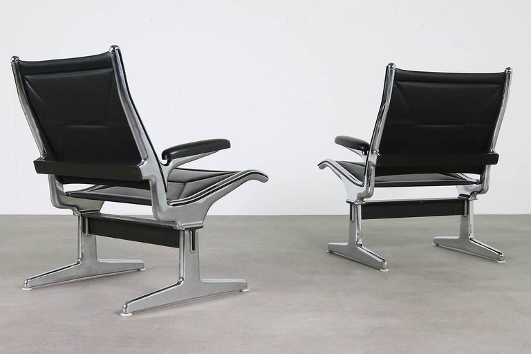 Mid-Century Modern Set of Six 1960s Charles Eames Airport Chairs for Herman Miller Black and Chrome For Sale