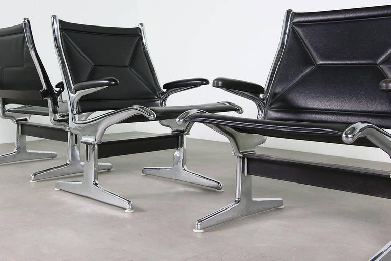 Set of Six 1960s Charles Eames Airport Chairs for Herman Miller Black and Chrome In Good Condition For Sale In Hamminkeln, DE