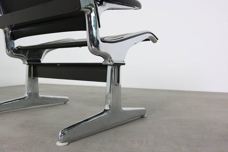 Set of Six 1960s Charles Eames Airport Chairs for Herman Miller Black and Chrome For Sale 1