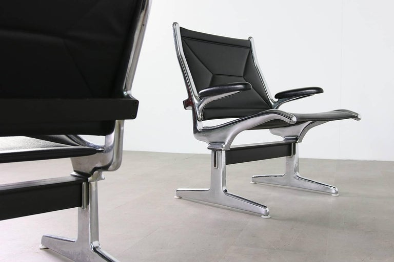 Set of Six 1960s Charles Eames Airport Chairs for Herman Miller Black and Chrome For Sale 2