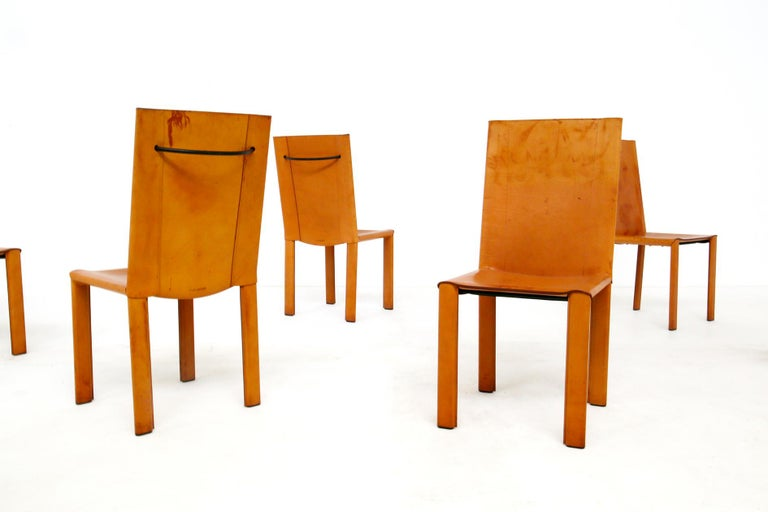 Set consisting of six leather chairs from the Matteograssi manufacture of the 1980s. The chairs are designed by Carlo Bartoli. The chairs have a steel frame structure wrapped in light brown leather. The particularity of the chairs is the back of the