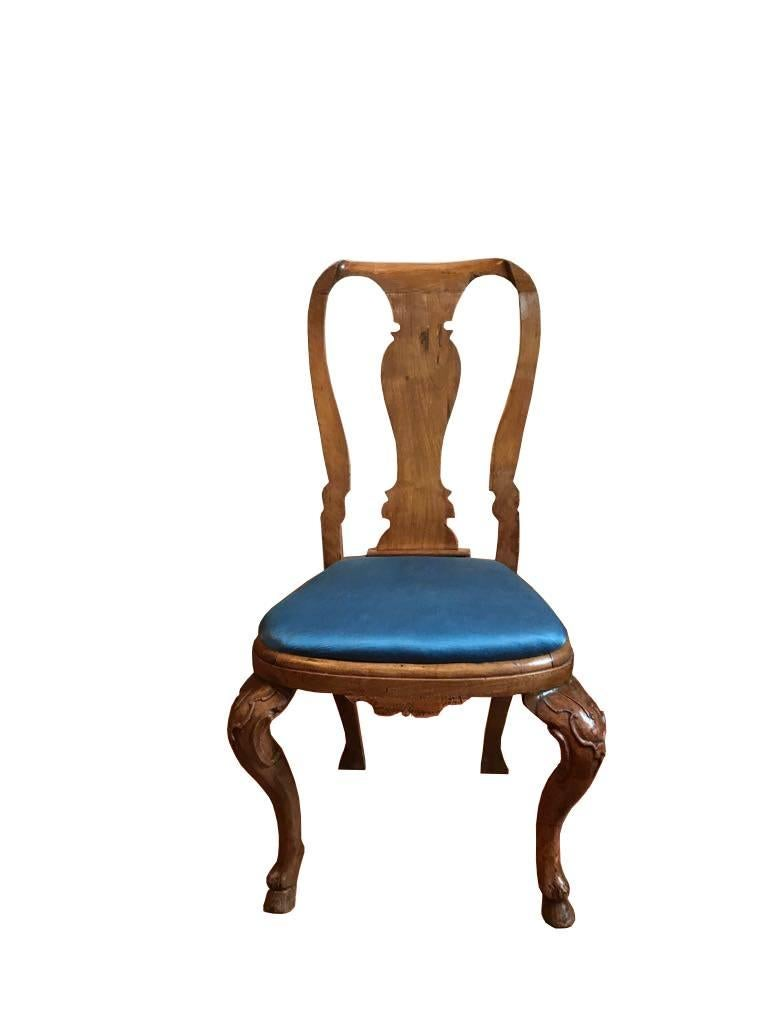 This is a very beautiful set of six elegant dining chairs hand-carved in solid oak. Their shapes are gorgeous and the proportions makes them an important presence in a dining room. Deeply engraved the legs are a little masterpiece of