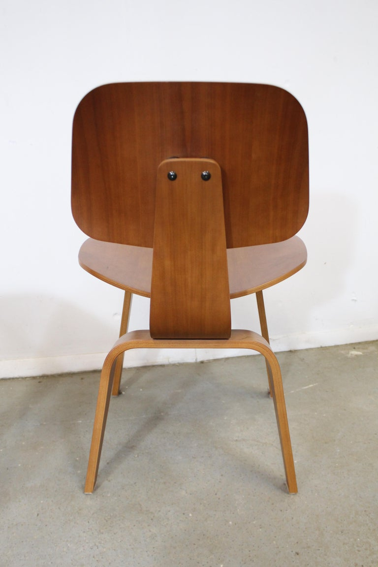 Set of Six Mid-Century Modern Eames Herman Miller Molded Plywood Dining Chairs For Sale 2