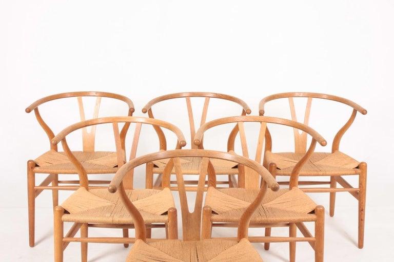 Scandinavian Modern Set of Six Midcentury Wishbone Chairs in Patinated Oak by Hans Wegner, 1960s For Sale