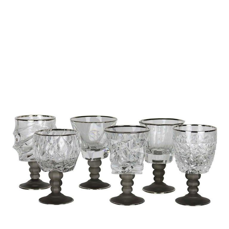 This set of six assorted chalices will make a statement in any decor, thanks to the unique shapes of each piece and their exquisite craftsmanship. The cups are in transparent glass and their surface show deep groves that decorate them with abstract