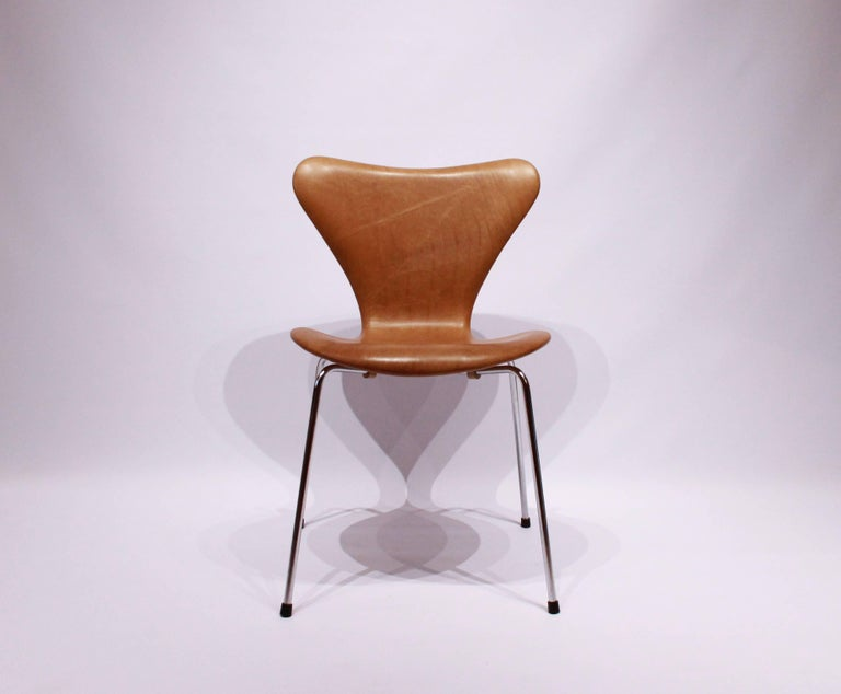 A set of six, seven chairs model 3107, designed by Arne Jacobsen and manufactured by Fritz Hansen. The chairs have recently been upholstered in patinated elegance leather.