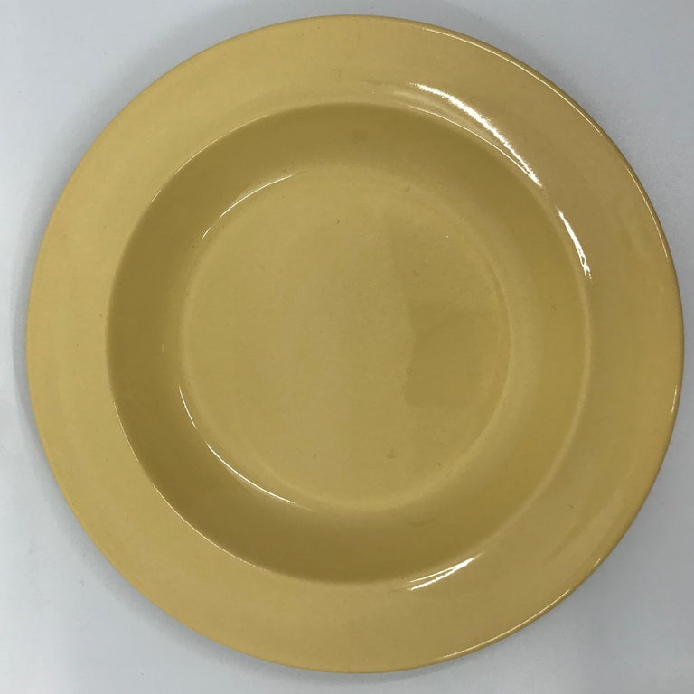 Set of Six Wedgwood Yellow Plates In Good Condition For Sale In New York, NY