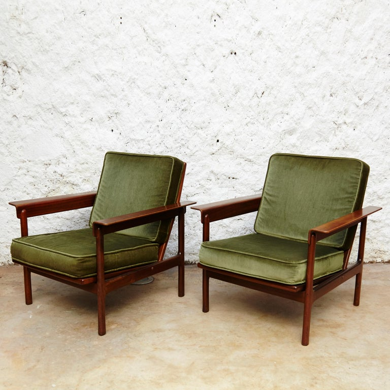 Set of three-seat sofa and two easy chairs.