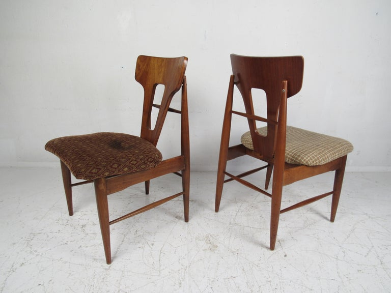 Set of Ten Mid-Century Modern Walnut Dining Chairs In Good Condition For Sale In Brooklyn, NY