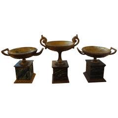 Set aus drei italienischen geschnitzten vergoldeten Urnen im neoklassischen Stil