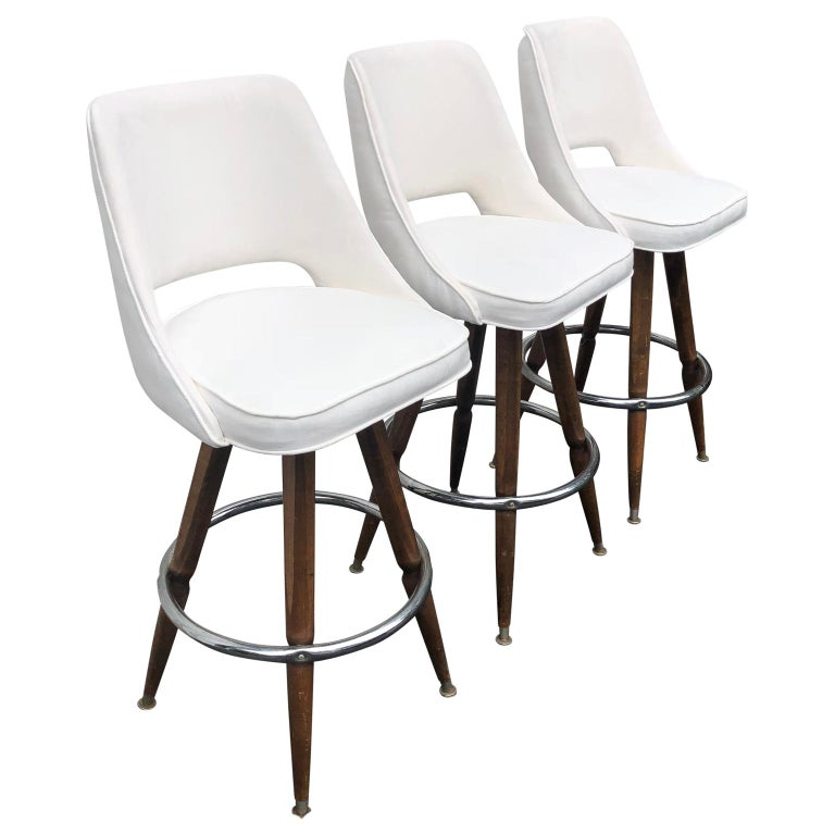 Set Of Three Mid-Century White Faux-Suede Bar Stools In Good Condition For Sale In Haddonfield, NJ