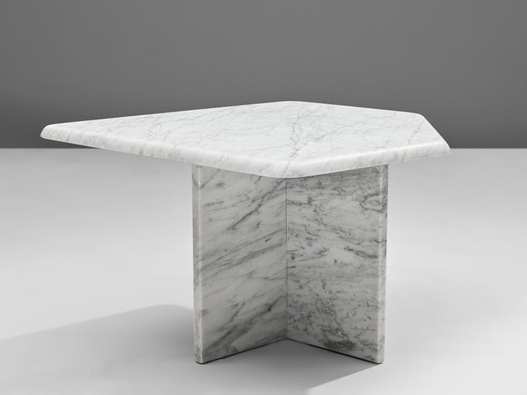 Set of three Sculptural Side Tables in White Marble For Sale 1