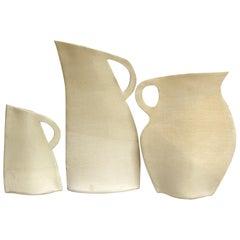 Satz aus Drei Weißen Steingut Flachen Vasen von Alison Owen