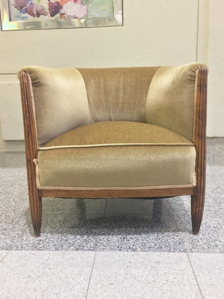 Set of Two 1930s Art Deco Near-Pair of Mahogany Club Chairs For Sale 1