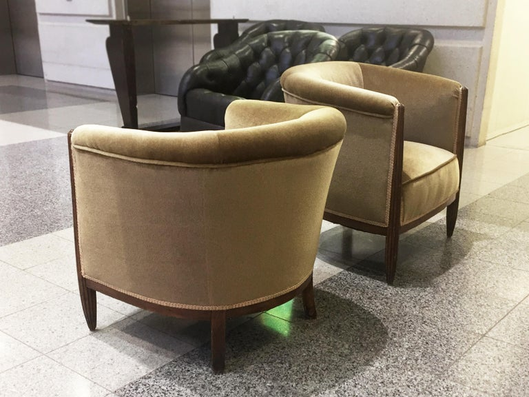 Set of Two 1930s Art Deco Near-Pair of Mahogany Club Chairs For Sale 3