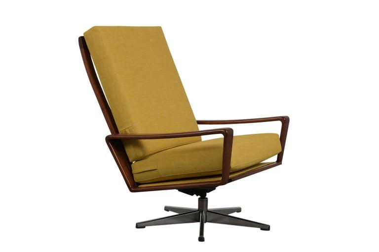 Mid-Century Modern Pair of Modern Danish Swivel Lounge Chairs For Sale