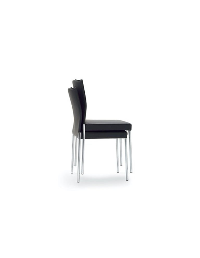Conventional chairs, the Glooh conveys an unmistakable design. Small wonder that Glooh has been distinguished with an international award on a number of occasions. Stool with round tubular steel frame. Moulded laminated plywood seat shell.