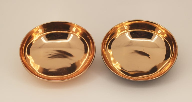 Charming and elegant bronze Indian decorative bowls, vide-poche.  The pieces are entirely handcrafted with great skills and talent. Cast using very traditional techniques, the inside of the bowls is polished revealing the lustrous finish of this