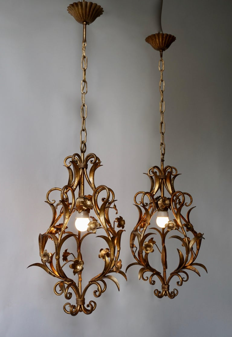 Hollywood Regency Set of Two Italian, 1950s Gilt-Tole Foliate Chandeliers For Sale