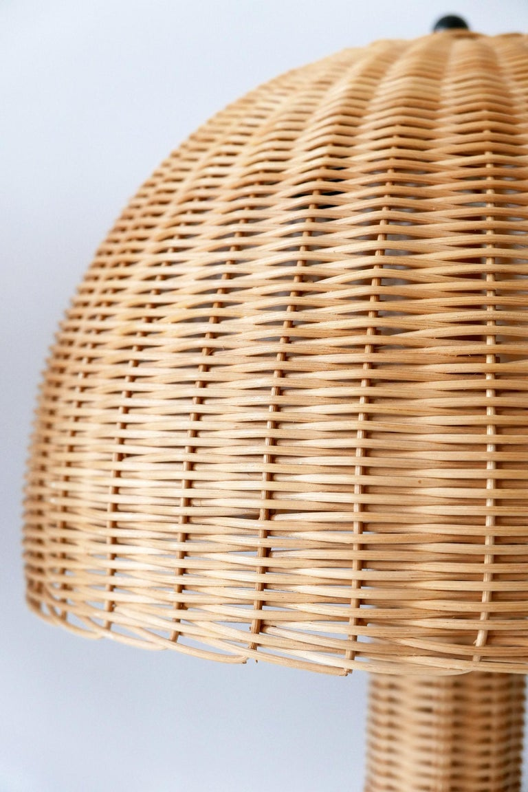 Set of Two Large and Elegant Mid-Century Modern Wicker Table Lamps, 1970s, Italy For Sale 9