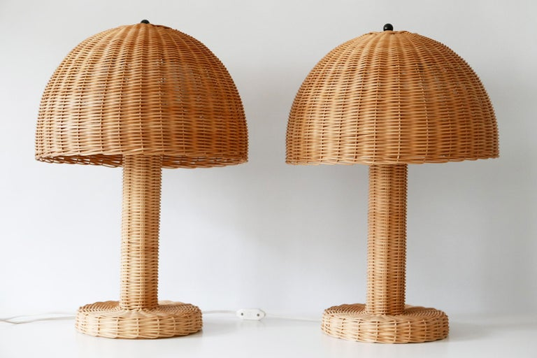 Set of Two Large and Elegant Mid-Century Modern Wicker Table Lamps, 1970s, Italy For Sale 1