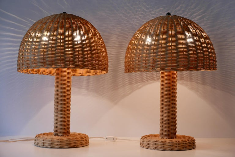 Set of Two Large and Elegant Mid-Century Modern Wicker Table Lamps, 1970s, Italy For Sale 2
