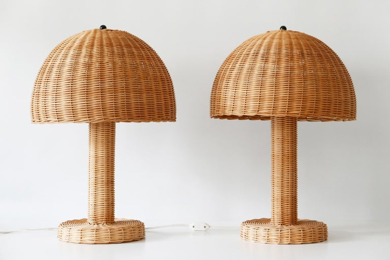 Set of Two Large and Elegant Mid-Century Modern Wicker Table Lamps, 1970s, Italy For Sale 3