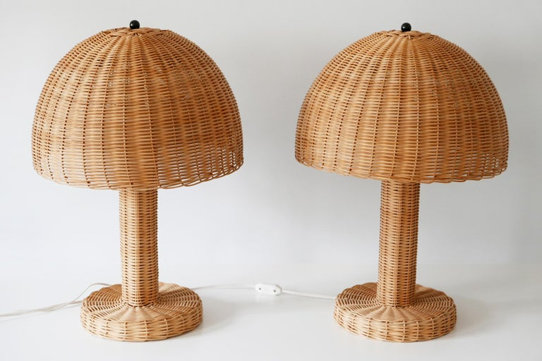 Set of Two Large and Elegant Mid-Century Modern Wicker Table Lamps, 1970s, Italy For Sale 4
