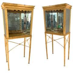 Set von zwei großen maßgeschneiderte vergoldetes Metall und Spiegel Glasvitrinen