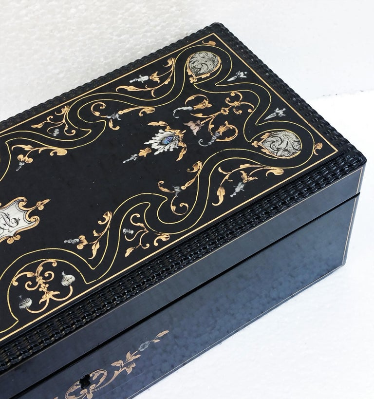 Beautiful Napoleon III set of two decorative boxes, France 19th Century. The biggest one is a glove or jewelry box in ebony veneer and inlay in brass, pewter mother of pearl and bone. Boulle style marquetry. The inside part is in mahogany. Opens