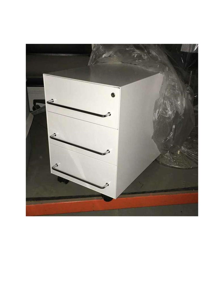 Set of Two White 3-Drawer Pedestal on Castor In Good Condition For Sale In New York, NY