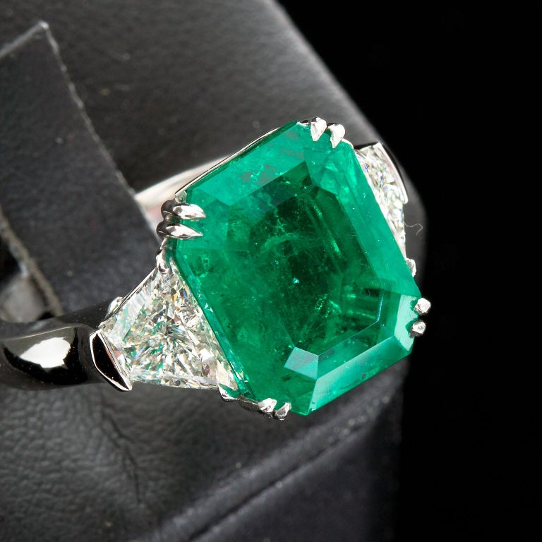 Contemporary 7 Carat Colombian Emerald Diamond Engagement Ring For Sale