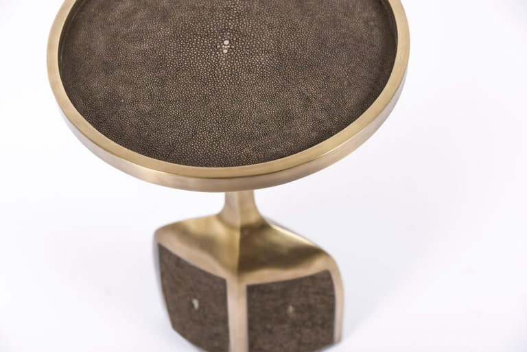 The pedestal side large is the perfect end table that is easily adaptable in any space and due to its lightweight nature easy to move around. The large size is inlaid on the top surface with brown Shagreen, the bottom part a mixture of brown