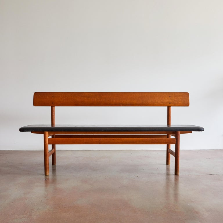 Oak bench with leather seat by Børge Mogensen for Fredericia Stolefabrik. Made in Denmark, circa 1970s.